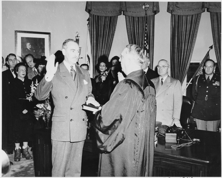 Photograph_of_Dean_Acheson_taking_the_oath_of_office_as_Secretary_of_State_in_the_Oval_Office,_with_Chief_Justice..._-_NARA_-_200076